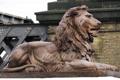 Garden sitting life size bronze lion sculpture in park